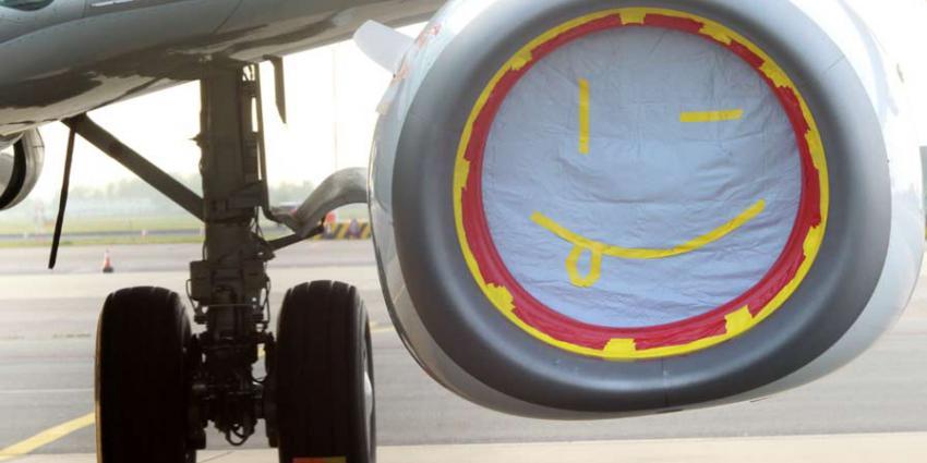 Kinderbadjes om peperdure vliegtuigmotoren te beschermen op Schiphol