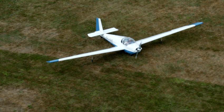 Vliegtuigje maakt noodlanding in akker Etten-Leur