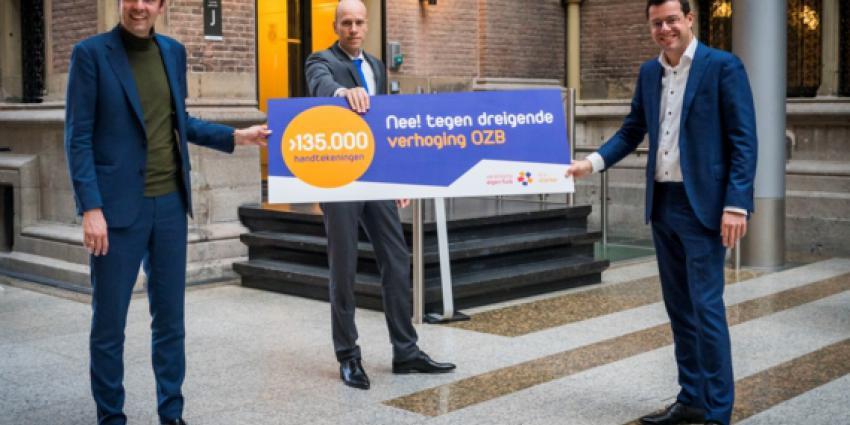 overhandiging petitie met vlnr Julius Terpstra (CDA), Daniel Koerhuis (VVD) en Karsten Klein, directeur belangenbehartiging Vereniging Eigen Huis