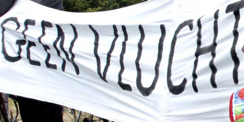 Voorman Pegida aangehouden bij demonstratie Ede vanwege vaarkensmuts