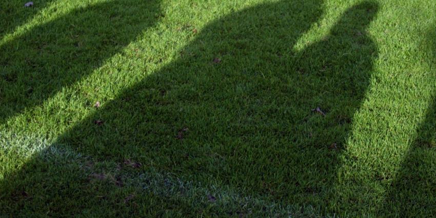 Dronken man rijdt voetbalveld op