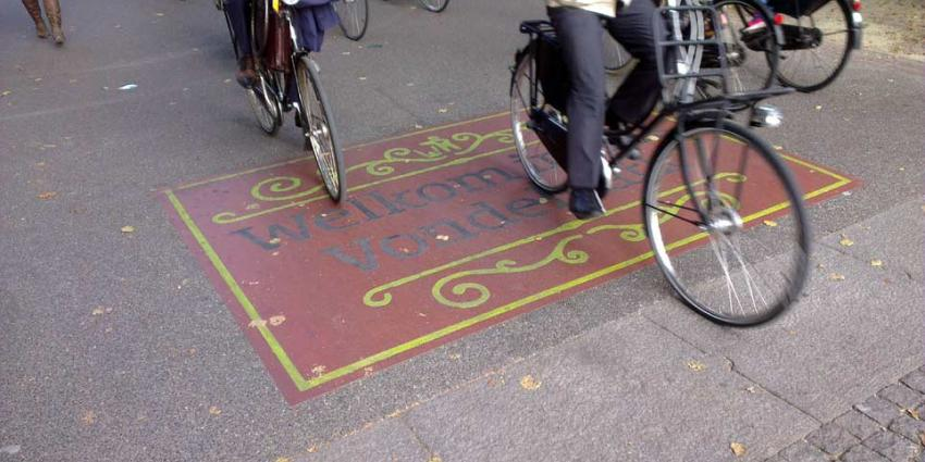 Politie Amsterdam maakt jacht op man die slachtoffers met stinkende substantie besmeurd