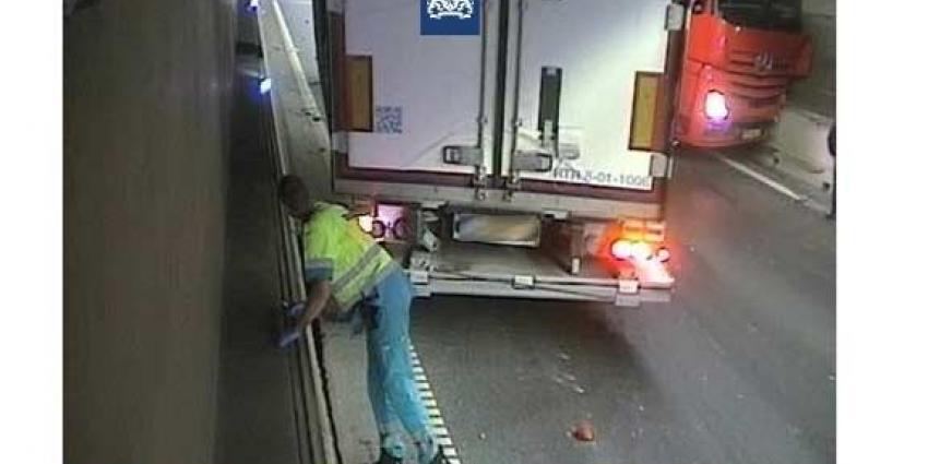 Geschaarde vrachtauto klem in de Coentunnel