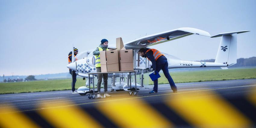 Vrachtdrone met valdozen helpt mensen in nood