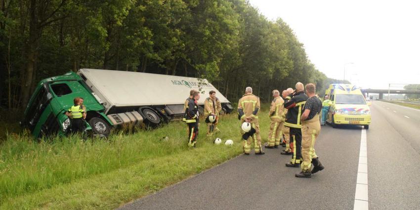 Vrachtwagen raakt van de A28 en komt in sloot tot stilstand