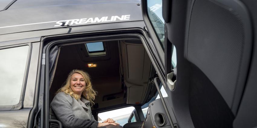 Konvooi van autonoom rijdende vrachtauto's op de A28