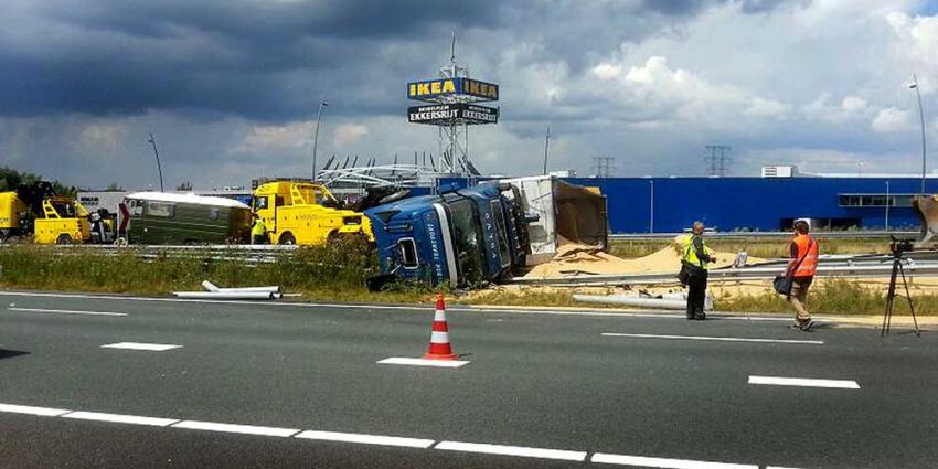 Foto van gekantelde vrachtwagen met graan op A50 | Willy Smits | www.112journaal.nl