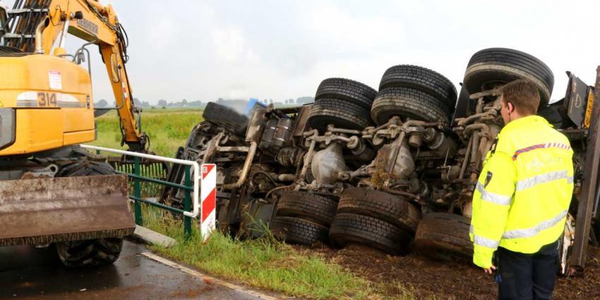 Vrachtwagen kantelt en rolt van de weg af in Gieten