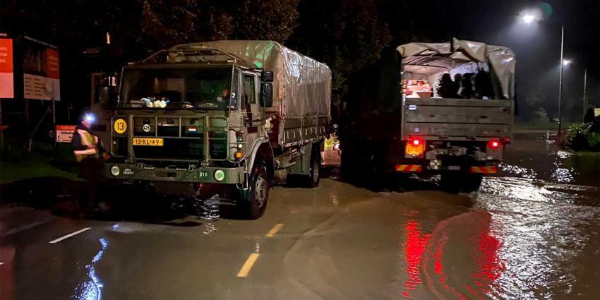 vrachtwagen-militairen-overstroming
