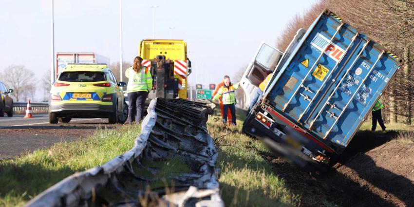 vrachtwagen-vangrail-sloot