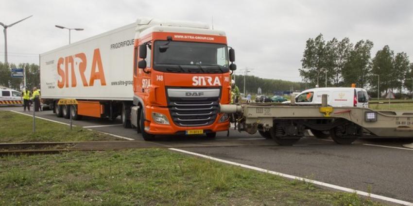 Aanrijding tussen vrachtwagen en goederentrein