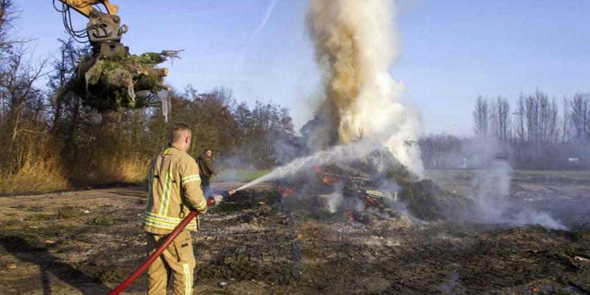 Brandweer blust resten vreugdevuur Vlaardingen