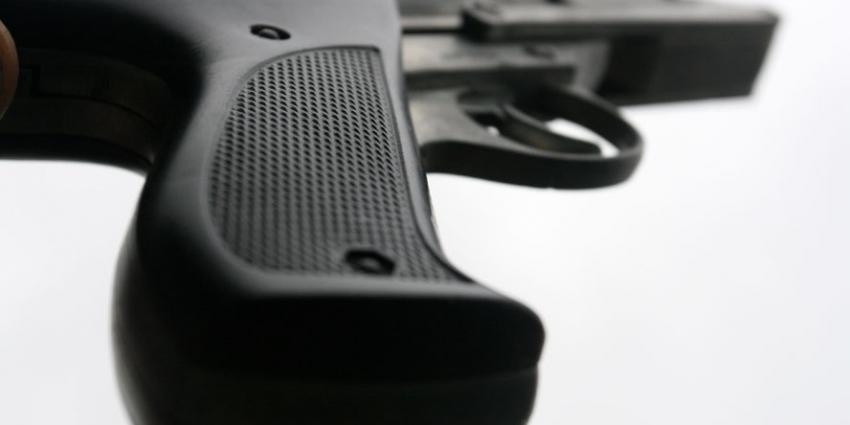 Politie vindt 'vuurwapens' na inval woning