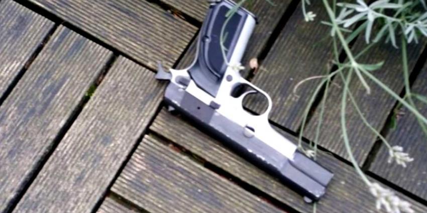 Verdachte gooit schietklaar vuurwapen in tuin tijdens achtervolging