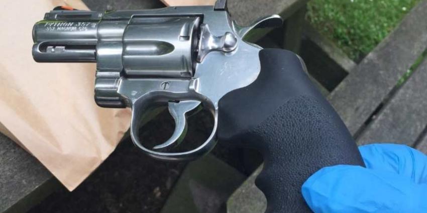 Snelheidsduivel met vuurwapens en groot geldbedrag aangehouden