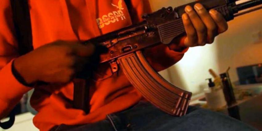 Invallen en arrestaties na tonen vuurwapen in drill rap