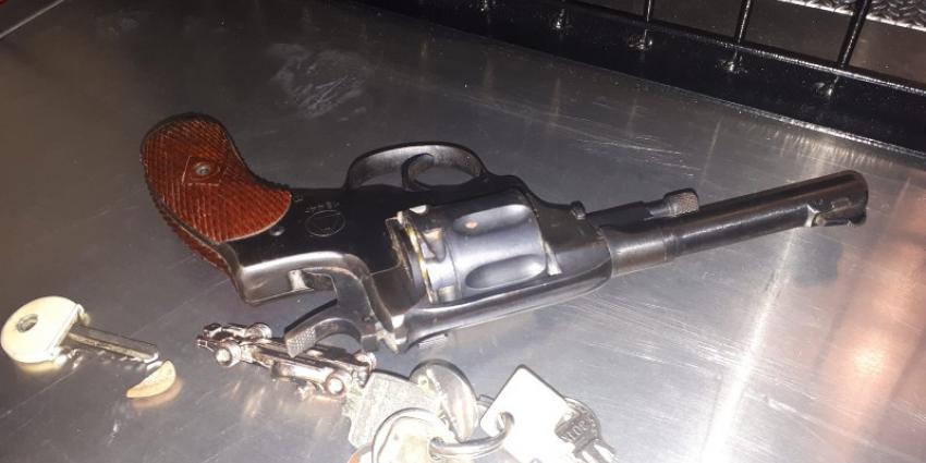 Man aangehouden met hennep en vuurwapen