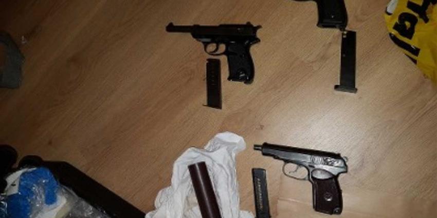 Politie doet inval bij inbraakverdachten en vindt veel geld en vuurwapens