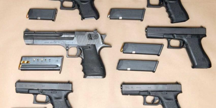 Politie vindt vuurwapens, handgranaat en munitie in woning