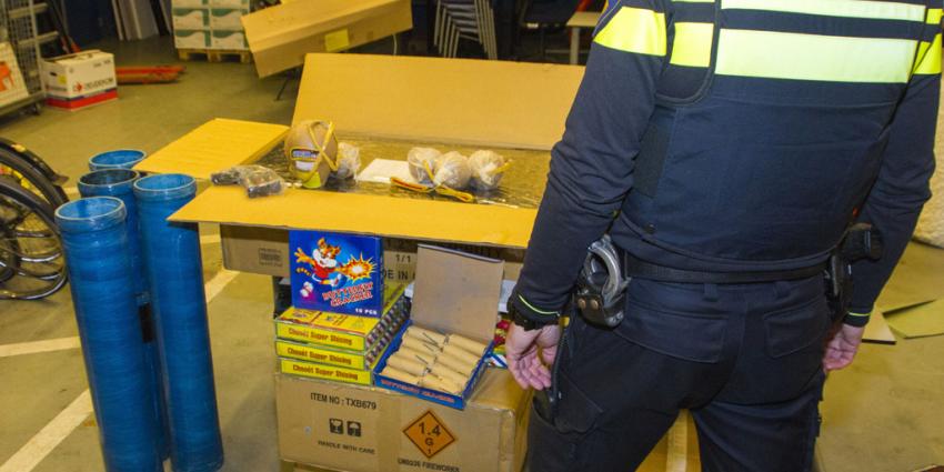 Politie neemt grote partijen illegaal vuurwerk in beslag in Gelderland