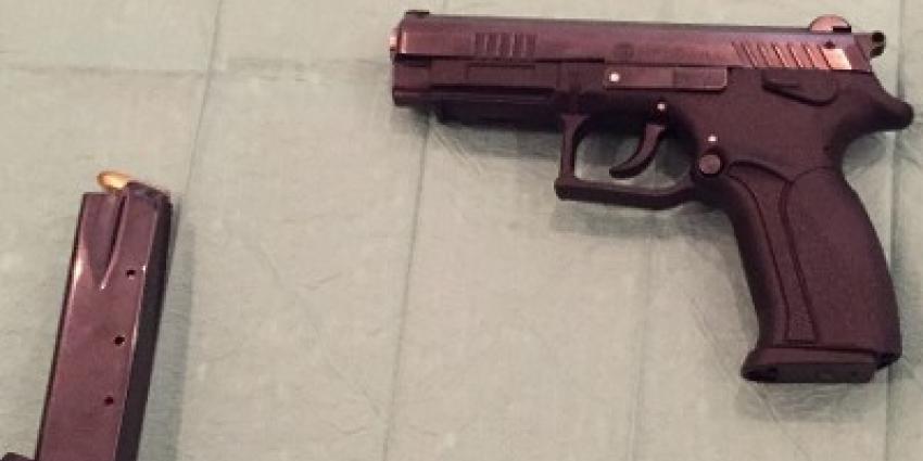 Zes vuurwapens aangetroffen bij doorzoeking Rotterdam
