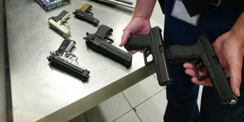 Man (36) aangehouden met wapens en vuurwerk na internetfilmpjes