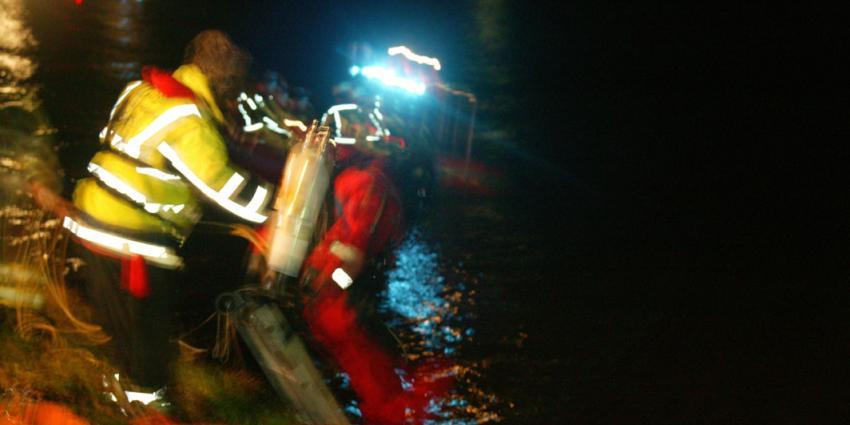 Auto raakt te water, dronken bestuurder zwemt naar de kant