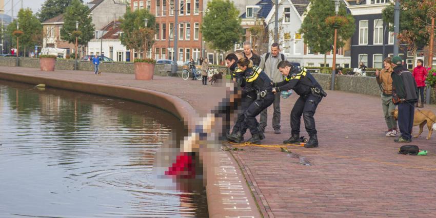 Politieagenten hebben maandagmiddag een te water geraakte man in de Overschiesestraat in Schiedam uit het water gered.