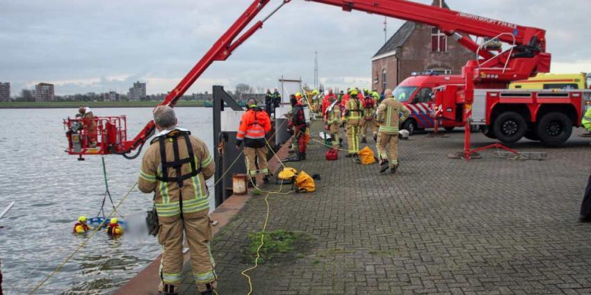 Brandweer redt persoon uit het water in Maassluis