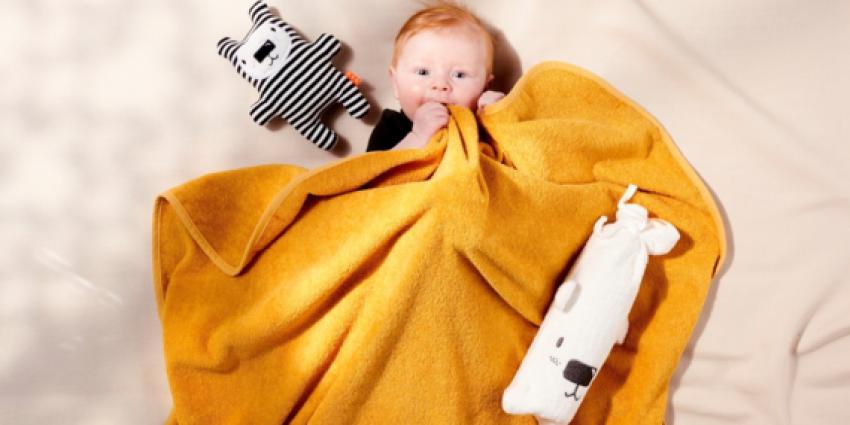 Foto van kind onder fleece deken