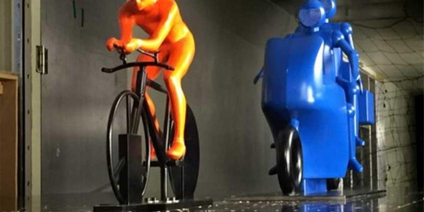 Wielrenner iets sneller door vlak achter hem rijdende motor in Giro-proloog