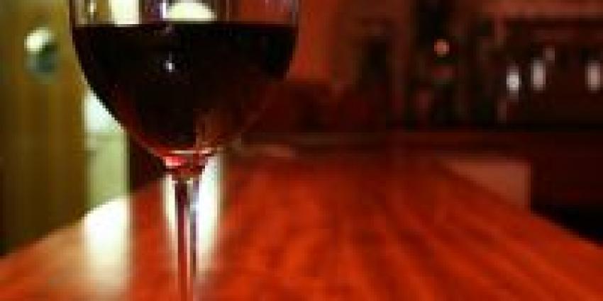Foto van glaswijn op bar | SXC