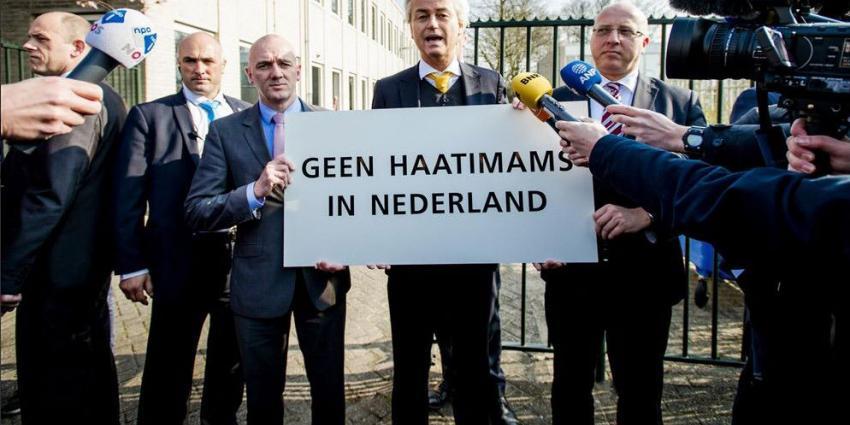 Geert Wilders demonstreert voor de deur bij islamitisch congres