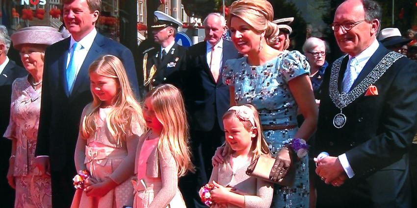 Foto van Willem-Alexander, Maxima en prinsesjes in Amstelveen | NOS