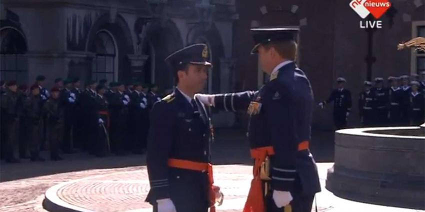 Militaire Willems-Orde door koning uitgereikt aan uit majoor-vlieger Roy de Ruiter