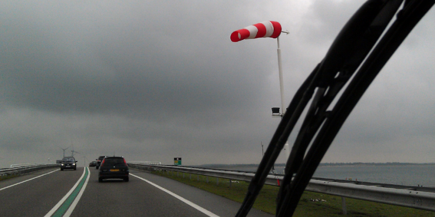 wind-storm-auto-snelweg