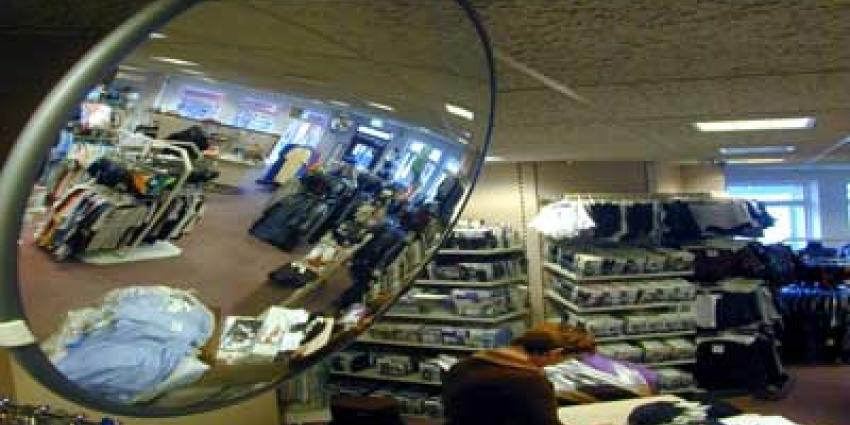 Betrapte winkeldieven laten baby en peuter achter