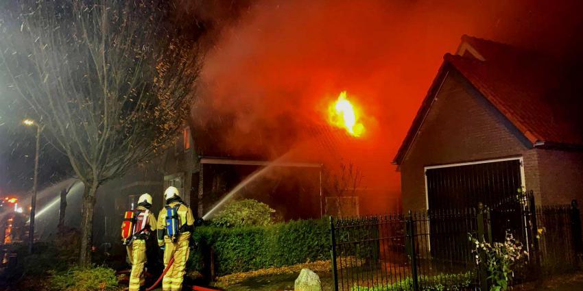 Drentse woonboerderij door forse brand in de as gelegd