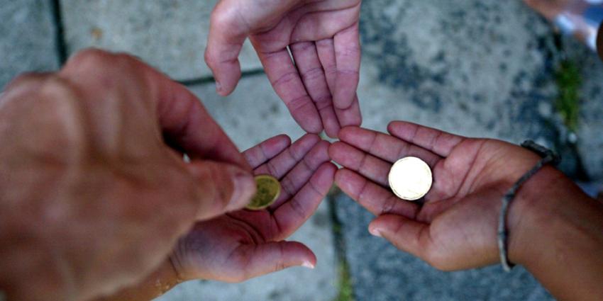 Kinderen van arme ouders klussen meer voor zakgeld