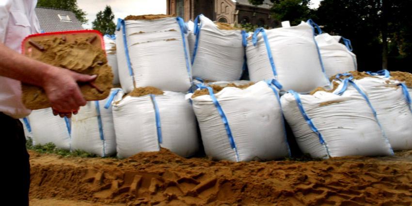 Zandzakken in Dodrecht tegen het wassende water