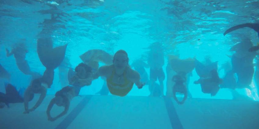 Internationale zeemeerminnen overspoelen zwembad Zeist