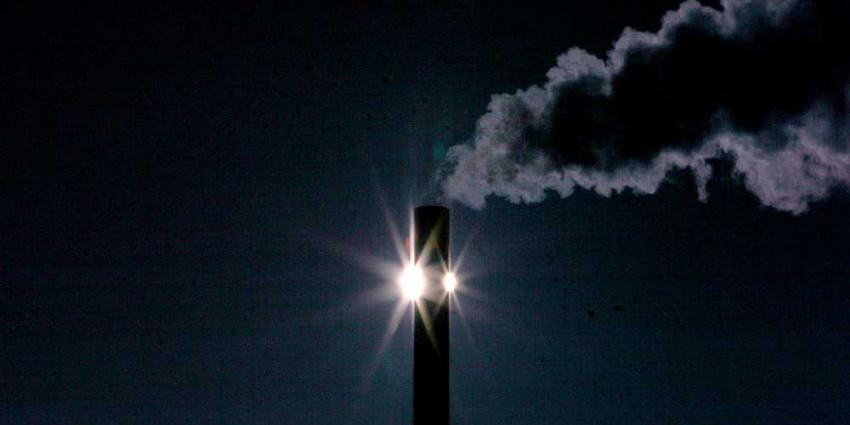 Foto van schoorsteen uitstoot CO2 zon | Archief EHF