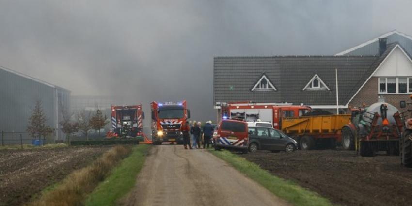 Grote boerderijschuur gaat in Drentse Zuidvelde in vlammen op