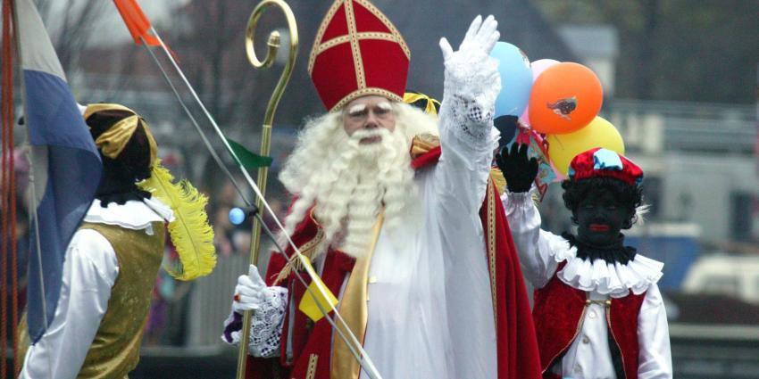 Zwarte Piet grijpt winkeldief in de kraag
