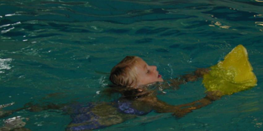 Foto van kind zwemles met drijfplank | Archief EHF