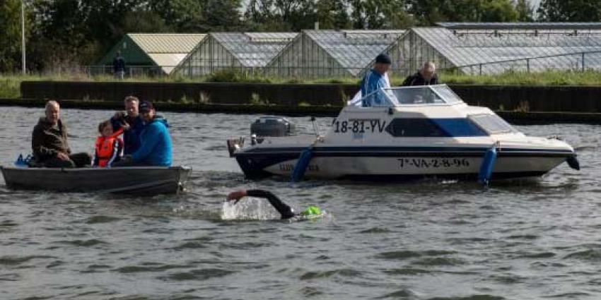 64 km zwemmend de Ringvaart rond voor het goede doel