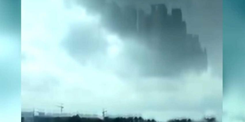 Chinezen zien ze vliegen, complete stad met gebouwen verschijnt in wolkendek