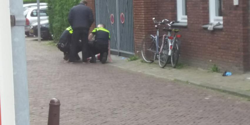 Foto van agenten opzoek naar wapen