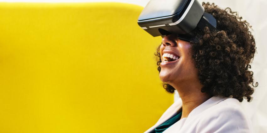 Vrouw met VR bril