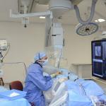 Cardioloog dr. Pepijn van der Voort op een hartcathetherisatiekamer in het Catharina Ziekenhuis
